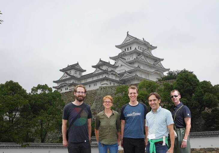 Die Conference participants of the iAMB posing in front of Shimeji castle.